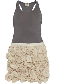 Платье Haute Hippie, сочетающее в себе элемент спортивного и романтического стилей, c подолом, украшенным лоскутками, имитирующими цветы.