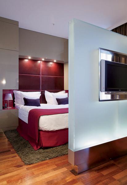 Идея 8: крутящийся телевизор в изножье кровати