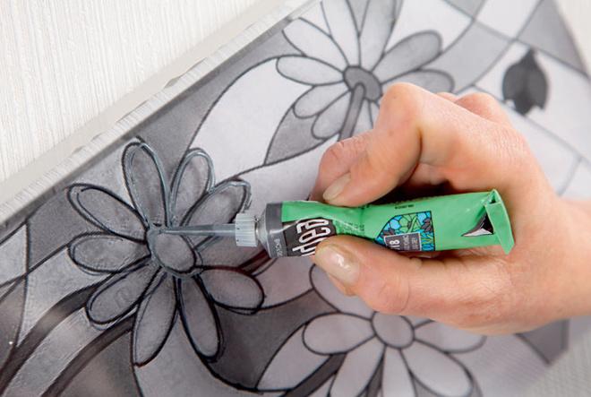 Затем спомощью краски-контура для стекла рисунок переносят на декорируемую поверхность. После того как состав подсохнет, поднос начинают раскрашивать.