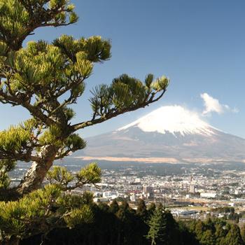 Снежная шапка на вершине вулкана появляется в сентябре: летом снег на Фудзи полностью тает.