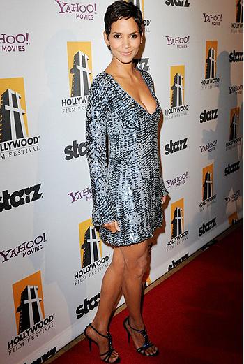 Блистательная Холли Берри выбрала для церемонии расшитое пайетками серое платье с глубоким декольте.