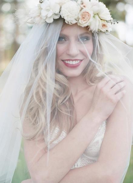 Как украсить цветами свадебную прическу?   галерея [1] фото [3]