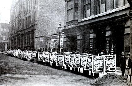 Чтобы привлечь клиентов нетрадиционной рекламой, торговцы выстраивали около десятка человек с одинаковыми щитками в ряд.