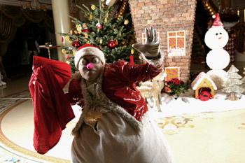 На сюрреалистической вечеринке необычным было все: от названий коктейлей до Деда Мороза, больше похожего на снеговика с выпученными глазами.