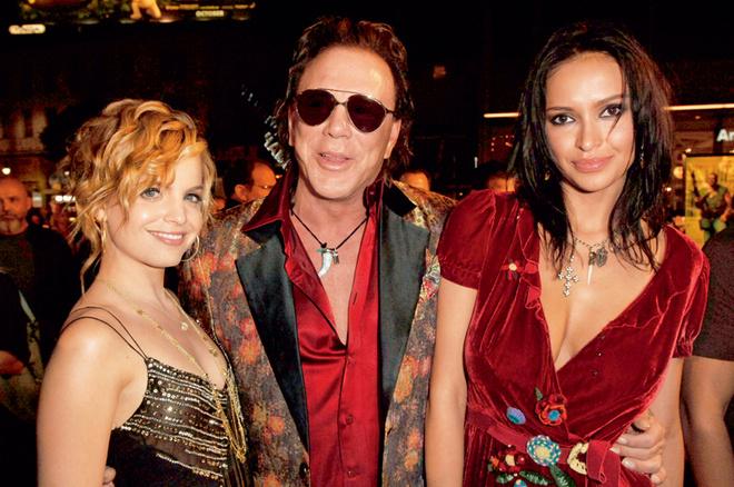 С другой подругой, украинской моделью Сашей Волковой, и актрисой Миной Сувари (октябрь, 2005)