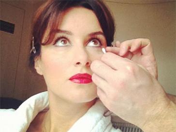 Тина Канделаки делает макияж.