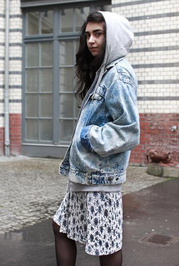 Возможно, джинсовая одежда слишком жаркая для лета, но надеть стильную куртку с капюшоном на платье в мелкий цветок – идеальное решение для сырой погоды. Студентка Рима из Берлина об этом прекрасно знает!