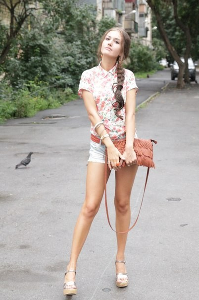 Девушка с красивыми ногами в  фото