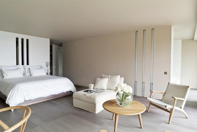 Номера в отеле La Reserve оформлены в экологическом стиле. Все – с видом на море.