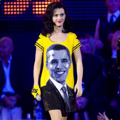 Победу Барака Обамы Кэти отметила рисунком на платье