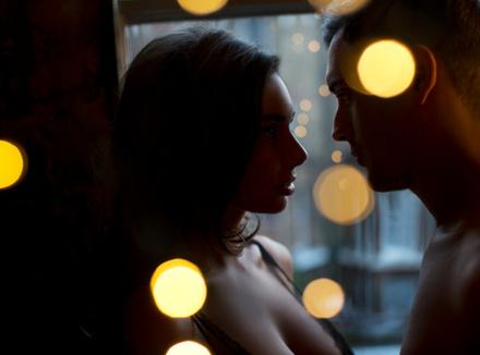 Мужчина и женщина на фоне окна
