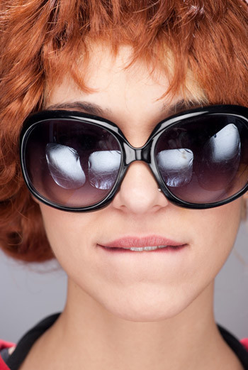 Чтобы укрепить волосы, англичанки используют не только пиво, но и шишки хмеля, отвар из которых придает блеск темным и каштановым волосам.