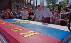 Гигантским тортом-триколором накормили несколько сотен оренбуржцев