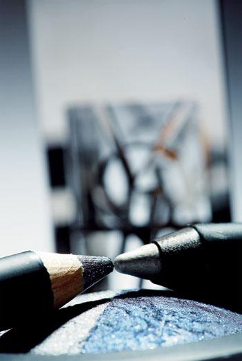 Тени Baked Duo, Gondola, MAC, и карандаши для век Phyto-Khol Star, Deep Silver, Sisley (слева), Smooth Silk, 13, Giorgio Armani (справа), на фоне помады Rouge Pure Shine, 96, Love Collection, Yves Saint Laurent