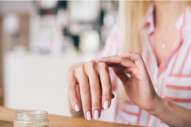 Почему ногти становятся тонкими и ломкими, и как это исправить