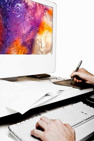 Дизайнеру приходится заниматься практически всей графикой, которая есть на сайте: баннерами, логотипами, собственно внешним видом страницы, подбором фотографий и пр.