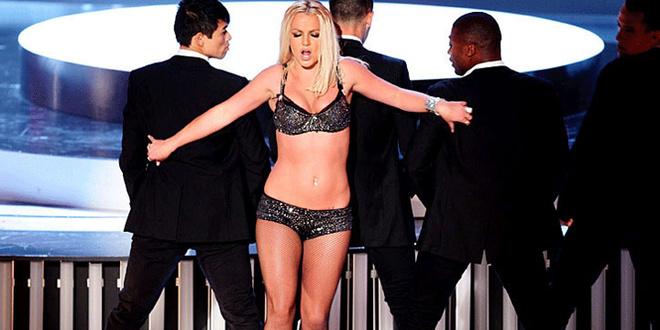 Бритни исполняла свою новую песню «Give me more» под фонограмму, в которую не попадала