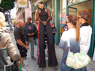 Нелли Фуртадо (Nelly Furtado) на ходулях