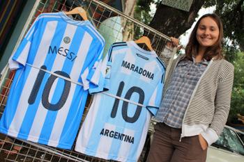 Майки двух футбольных знаменитостей - Диего Марадонны и его преемника Лионеля Месси - очень популярны.