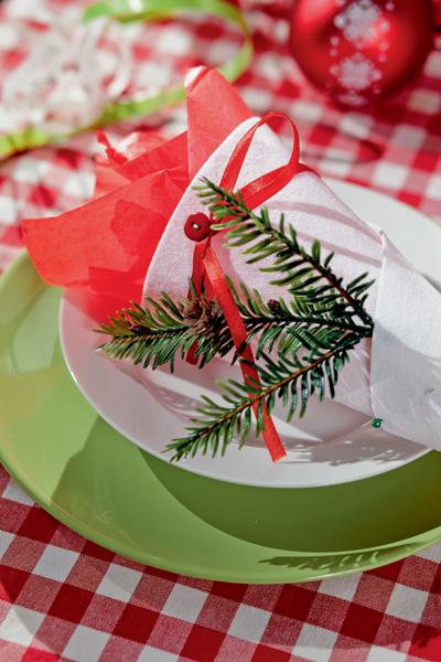 Идея №8. Новогодний кулек. Несмотря на простоту формы и исполнения, сложенный из картона или фетра и украшенный еловой веточкой кулек исключительно функционален. В нем будут одинаково уместны небольшой подарок или столовые приборы.