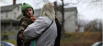 Робби Клейн Младший с мамой на мемориале в честь погибших во время бойни в начальной школе Сэнди Хук, Ньютаун, штат Коннектикут, 16 декабря.