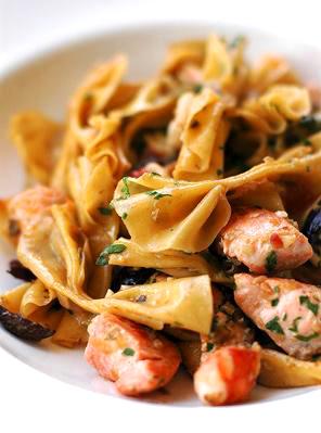 Фарфалле с лососем и креветками.