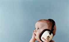 Первые чувства: когда ребенок начинает слышать звуки?