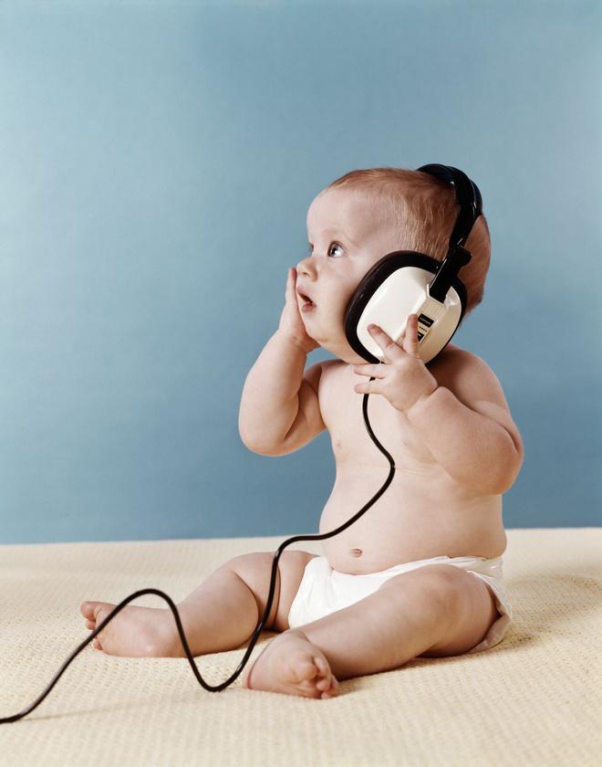 когда ребенок начинает слышать