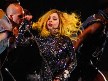 Леди ГаГа (Lady GaGa) стала первым в истории исполнителем, достигшим «платинового» статуса