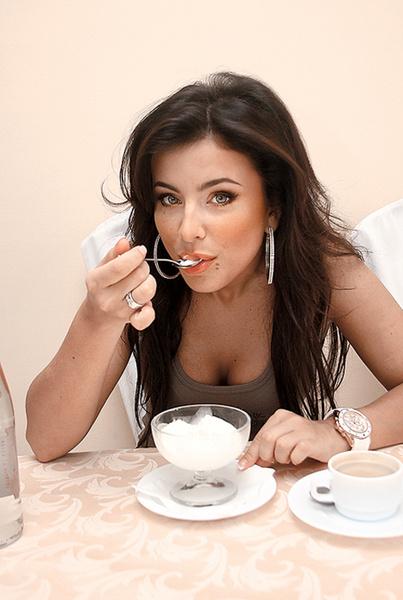«Мое средство спасения от жары – горячий зеленый чай, холодная питьевая вода и любимый пломбир», – поделилась со Стархит певица Ани Лорак.