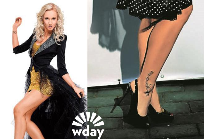 блондинка с татуировкой на правой ноге
