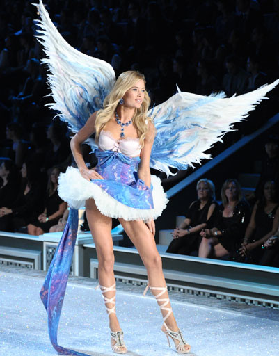 Даутцен Крез (Doutzen Kroes) на показе Victoria's Secret