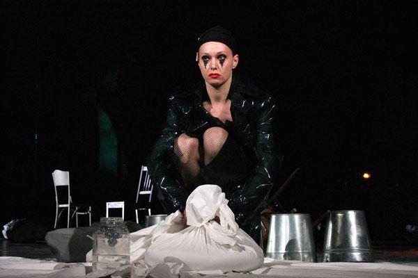 Александра Урсуляк в спектакле «Добрый человек из Сезуана»