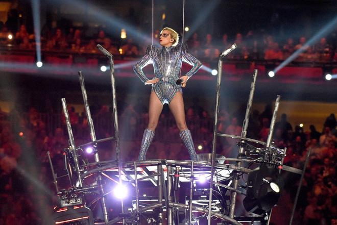 Леди Гага выступила наСупербоуле стремя сотнями дронов
