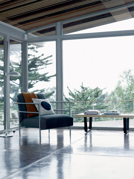 У окна - стул, спроектированный хозяином дома Эриком Пфайффером.
