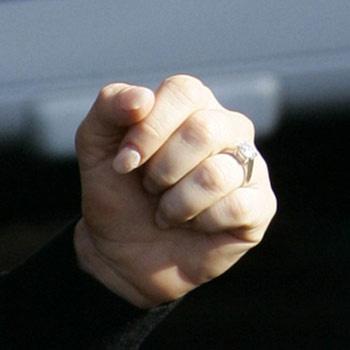 ...на пальчике звезды сверкает обручальное кольцо