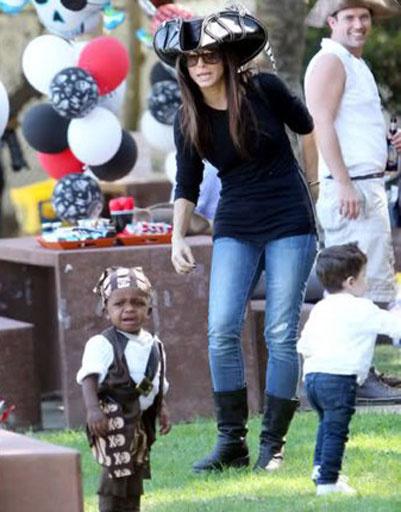 Сандра Баллок (Sandra Bullock) и ее приемный сын Луис Бардо