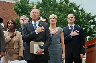 """Сериал """"Карточный домик"""". Конгрессмен Фрэнк Андервуд пролагает путь к вершинам государственной власти в США, не считаясь с моралью и самой человечностью. Но странным образом именно эта сторона его образа и действий интригует зрителя."""