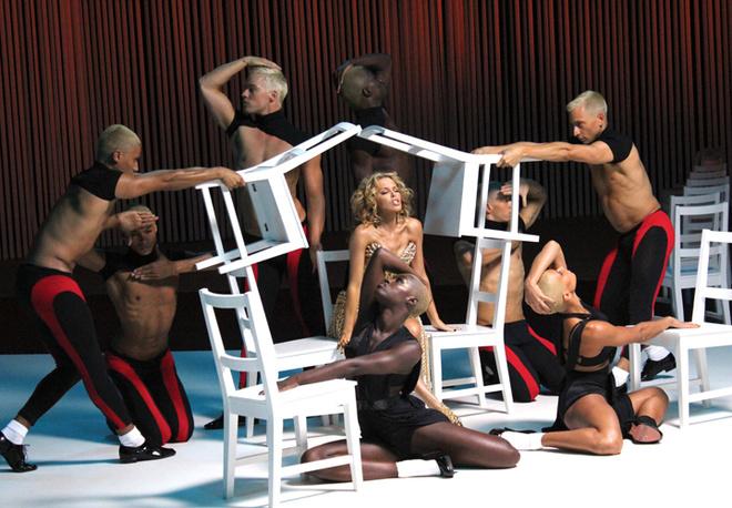 Воздушная и космическая, как и сама Кайли Миноуг, новая пластинка полностью посвящена танцевальной музыке.