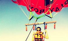 Сати Казанова взлетела на парашюте над водой