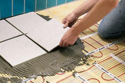 13. Укладывают керамическую плитку