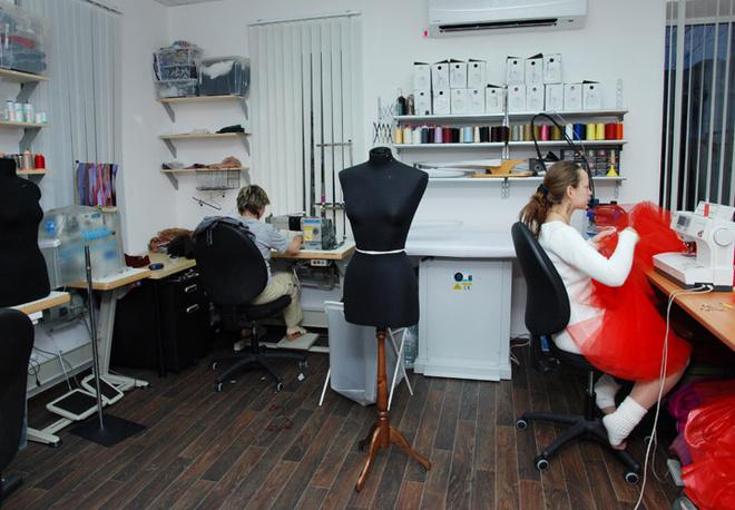 В небольшой комнате трудятся несколько мастеров.