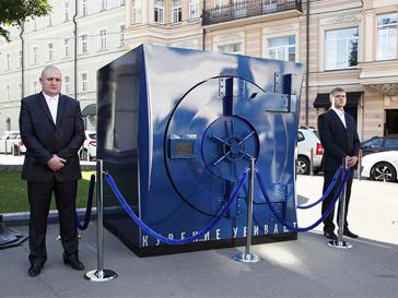 В центре Москвы появились загадочные сейфы.