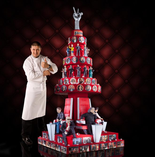 Ренат Агзамов со своим творением – тортом для шоу «Голос»