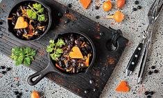 Острая черная фасоль с овощами
