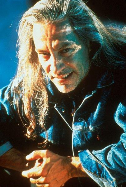 Боб (Френк Сильва) – зло, которое не имеет материального воплощения, а потому вселяется в тела других людей и животных, в частности сов.