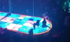 Танцовщица упала с высоты 4,5 метра, но продолжила выступление (видео)