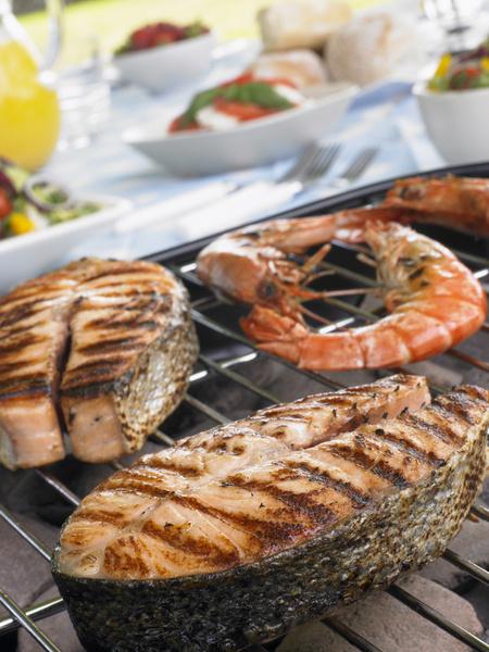 Рыба готовится на гриле очень быстро (максимум 15 минут). Восхитительные легкие шашлычки получаются из креветок с овощами.