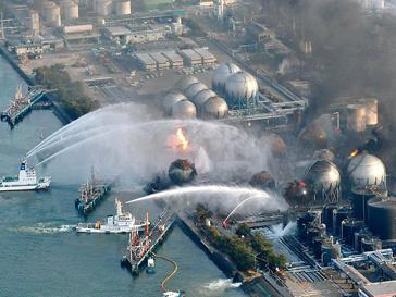АЭС пытались тушить с вертолетов