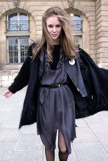 Платье цвета кобальта, в тон кожаная куртка и вязаный жакет. Многослойность и умение надевать вещи в разном порядке – одна из главных черт образа стильных парижанок.